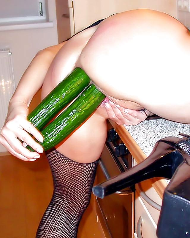 фото девушка с огурцом в попке приплясывая такт