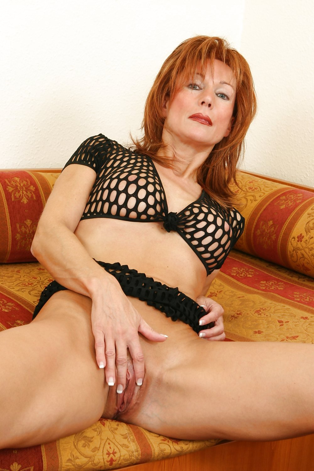 Mature redhead with powerful hands — photo 11