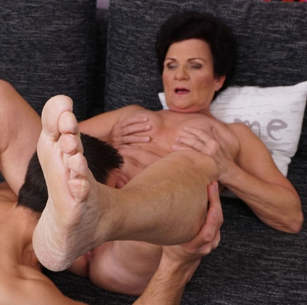 Bodacious dark haired chubby wife blows me and gives footjob