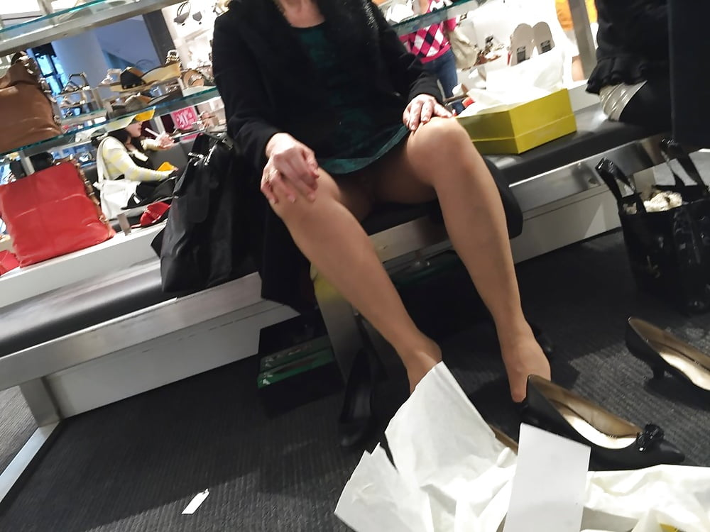Подглядывающие в магазине, женщина в одежде наклонилась фото