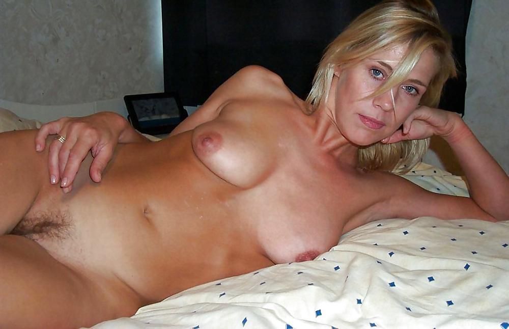 F Bored Housewife Nude Selfie