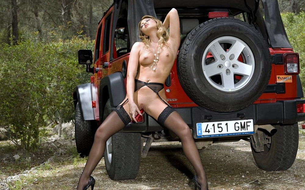 Girl naked on jeep — pic 12