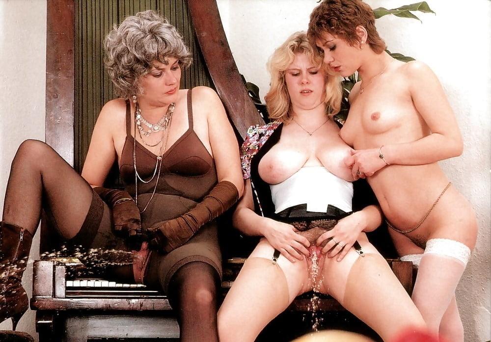 Видео ретро зрелые лесбиянки видно трусики