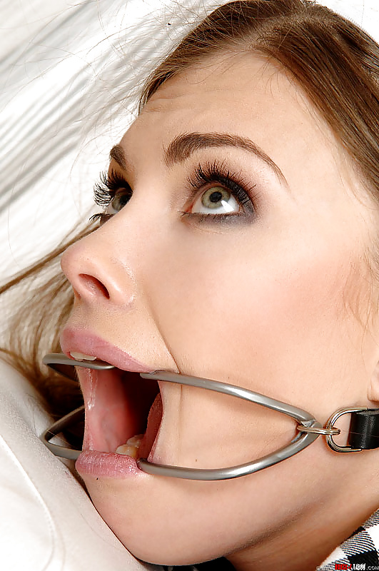 Hot dentist seduces a client and gives him a stunning blowjob