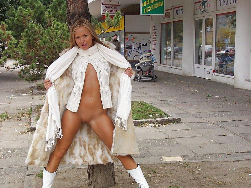 Девушка в верхней одежде без трусов — pic 1