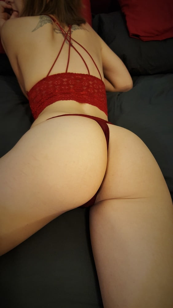 Lady in red on the bed... - 6 Pics