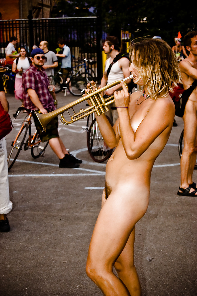 pictures-of-naked-singers-between-hips